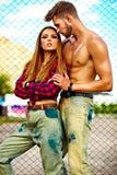 Blondes Modell der jungen Frau und hübscher Mann mit Muskeln draußen Lizenzfreies Stockbild