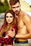 Blondes Modell der jungen Frau und hübscher Mann mit Muskeln draußen Stockbild