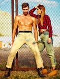 Blondes Modell der jungen Frau und hübscher Mann mit Muskeln draußen Stockfotografie