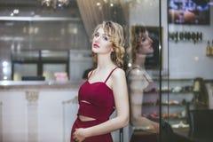 Blondes Modell der Schönheit in einem roten Overall ein modernes und Lizenzfreie Stockbilder