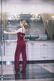 Blondes Modell der Schönheit in einem roten Overall ein modernes und Stockfotos