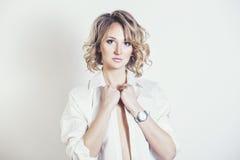 Blondes Modell der Schönheit im Hemd sexy mit Make-up und f Stockfotos