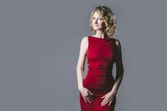 Blondes Modell der Schönheit im roten Kleid ein modernes und ein eleg Stockfoto