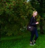 Blondes Modell des Mädchens, das auf Natur aufwirft Lizenzfreie Stockbilder