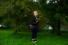 Blondes Modell des Mädchens, das auf Natur backgroun aufwirft Lizenzfreie Stockfotos