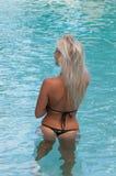 Blondes Modell in einem Swimmingpool Lizenzfreie Stockfotos