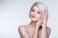 Blondes Modell mit braunen Augen Lizenzfreies Stockfoto