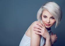 Blondes Modell mit braunen Augen Lizenzfreie Stockfotos