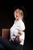 Blondes Modell mit den Hosenträgern und weißem Hemd, die einen Hut tragen Lizenzfreies Stockfoto