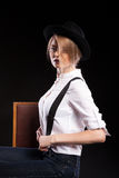 Blondes Modell mit den Hosenträgern und weißem Hemd, die einen Hut tragen Lizenzfreie Stockfotografie