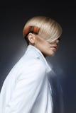 Blondes Modell mit einem modernen hairtyle Stockbilder