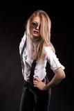 Blondes Modell mit Hosenträgern und weißem Hemd Lizenzfreies Stockfoto