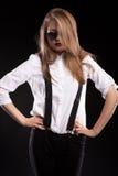 Blondes Modell mit Hosenträgern und weißem Hemd Lizenzfreie Stockbilder