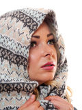 Blondes Modell mit Schal Stockbilder