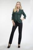 Blondes Modemädchen in der schwarzen Hose und in der Bluse Stockbild