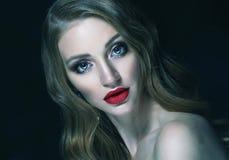Blondes Modemädchen mit dem langen und glänzenden gelockten Haar Rote Lippen und Lizenzfreie Stockfotos
