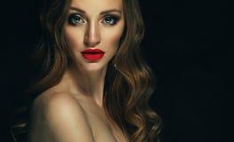 Blondes Modemädchen mit dem langen und glänzenden gelockten Haar Rote Lippen und Lizenzfreie Stockfotografie