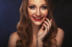 Blondes Modemädchen mit dem langen und glänzenden gelockten Haar Rote Lippen und helle bilden Stockfotografie