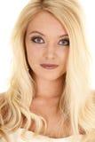 Blondes nahes kleines Hauptlächeln der Frau Lizenzfreie Stockfotos