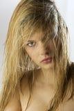 Blondes nasses Haar des Mädchens Lizenzfreie Stockfotografie