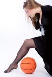 Blondes nettes kaukasisches blondes Spielen mit Kugel Lizenzfreie Stockbilder