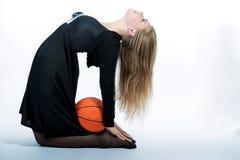 Blondes nettes kaukasisches sportliches Mädchen, das mit Kugel spielt Lizenzfreies Stockbild