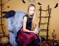Blondes nettes Mädchen in Halloween-Innenraum mit Kürbis Lizenzfreies Stockbild