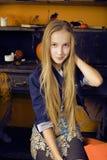Blondes nettes Mädchen in Halloween-Innenraum mit Kürbis lächelnd, jugendlich Halloween-Feier, Lebensstilleutekonzept Lizenzfreie Stockfotos