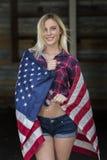 Blondes patriotisches vorbildliches Posing Outdoors Stockbilder