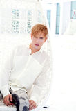 Blondes Portrait des modernen Mannes in der Sommerterrasse Stockbilder