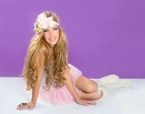 Blondes Prinzessinmodemädchen mit Frühlingsblumen Lizenzfreies Stockfoto