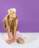 Blondes Prinzessinmodemädchen mit Frühlingsblumen Stockfotos