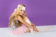 Blondes Prinzessinmodemädchen mit Frühlingsblumen Stockfotografie
