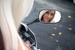 Blondes Radfahrer-Mädchen Stockfotos