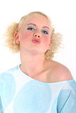 Blondes reizvolles Mädchen, das in der Luft küßt Lizenzfreie Stockfotografie