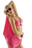 Blondes reizvolles Mädchen im rosafarbenen Bikini und in den Sonnenbrillen Lizenzfreie Stockfotos