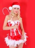 Blondes Sankt-Mädchen mit enormem Zuckerstangesteuerknüppel auf Rot Lizenzfreies Stockbild