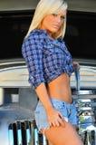Blondes Schätzchen vor klassischem Automobil Stockfoto