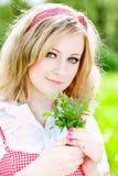 Blondes schönes Mädchenportrait mit Blumen lizenzfreie stockfotografie