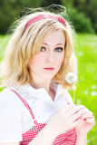 Blondes schönes Mädchenportrait mit Löwenzahn lizenzfreies stockbild