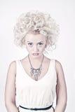 Blondes Schönheitsportrait mit Vorlage bilden Stockfotografie