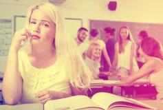 Blondes Schreien über einem Lehrbuch Lizenzfreie Stockbilder