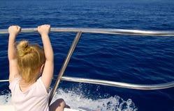 Blondes Segeln der hinteren Ansicht des kleinen Mädchens im Boot Stockfotografie