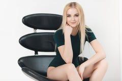Blondes sexy schönes Mädchen mit dem langen Haar- und Zaubermake-up, das im Studio aufwirft Lizenzfreie Stockfotografie