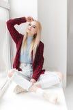 Blondes sexy schönes Mädchen mit dem langen Haar- und Zaubermake-up, das im Studio aufwirft Lizenzfreies Stockbild