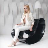 Blondes sexy schönes Mädchen mit dem langen Haar- und Zaubermake-up, das im Studio aufwirft Stockfotos