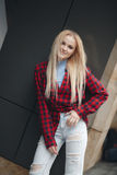 Blondes sexy schönes Mädchen mit dem langen Haar- und Zaubermake-up, das im Studio aufwirft Lizenzfreie Stockbilder