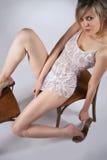 Blondes Sitzen auf einem Stuhl Stockfoto