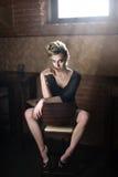 blondes Sitzen auf einem Stuhl Lizenzfreies Stockbild