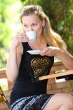 Blondes Sitzen im Straßenkaffee Lizenzfreies Stockbild